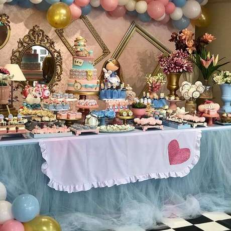 76. Alice no País das Maravilhas festa infantil decorada em azul e rosa com mesa de doces super personalizada – Foto: Pinterest