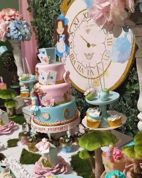 77. Mesa decorada em tons pastéis para festa Alice no País das Maravilhas infantil – Foto: Naty's Custom Party Creation