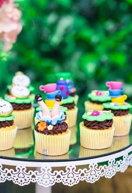 9. Lindo modelo divertido de cupcake decorado para festa Alice no País das Maravilhas – Foto: Pinterest