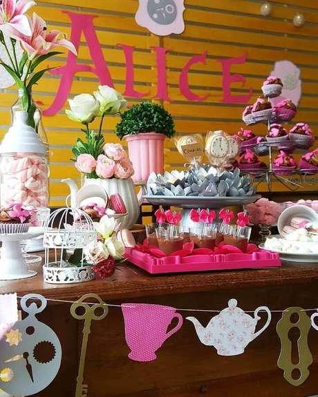 79. Painel de madeira para decoração de festa Alice no País das Maravilhas simples – Foto: Alícia Eventos