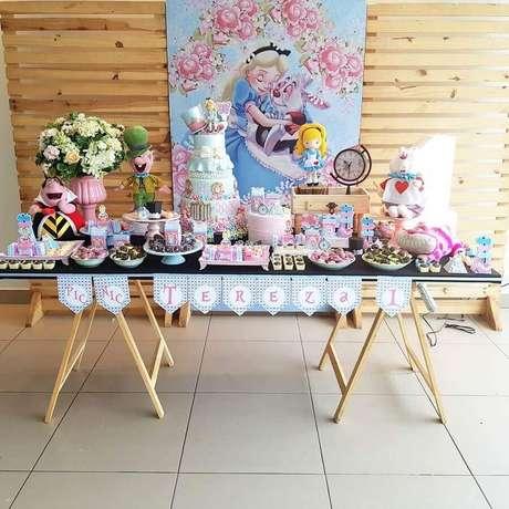 80. Painel de pallet para decoração de festa Alice no País das Maravilhas simples – Foto: Pinterest