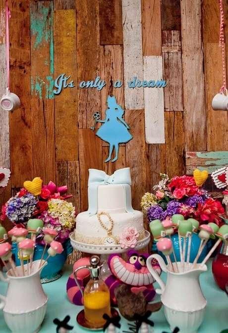 81. Painel rústico de madeira para decoração de festa Alice no País das Maravilhas simples – Foto: Pinterest