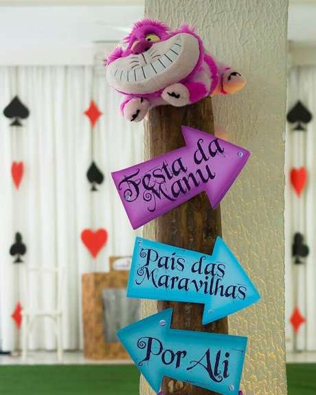 82. Plaquinhas decorativas para deixar a festa Alice no País das Maravilhas mais divertida – Foto: Autoria Eventos