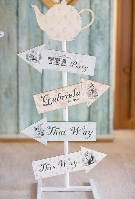84. Plaquinhas para decoração de festa Alice no País das Maravilhas simples – Foto: Pinterest