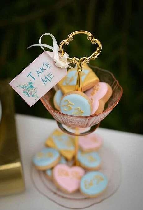 86. Pratinho de doces decorados para festa Alice no País das Maravilhas – Foto: Anders Ruff
