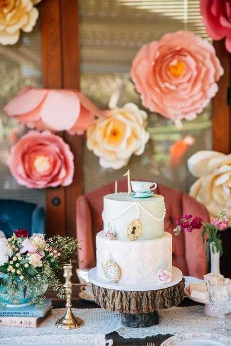 87. Rosas de papel de bolo 2 andares decorado para festa Alice no País das Maravilhas simples – Foto: The Cake Boutique