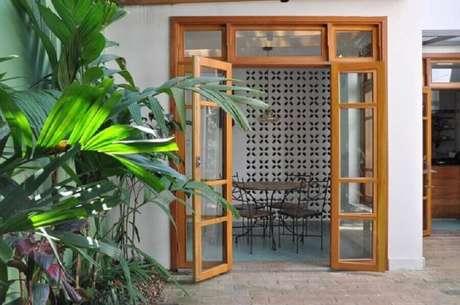 4. A porta francesa de madeira é um dos modelos mais usados – Foto: Luciana Manzano