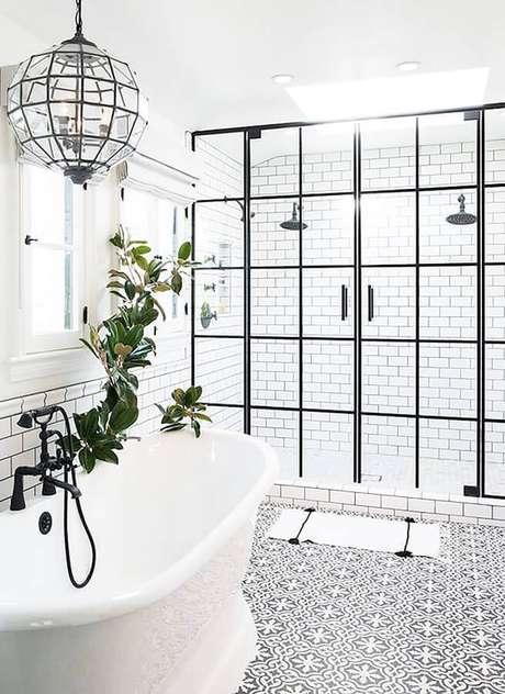 15. Decoração de banheiro minimalista com porta francesa de alumínio preto – Foto: Archello