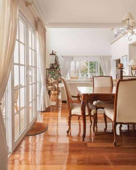16. Porta francesa branca para decoração de casa com estilo clássico – Foto: Maura Mello