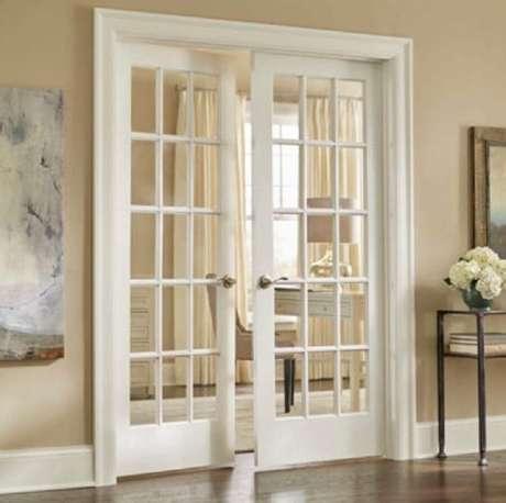 17. Casa com porta francesa branca interna – Foto: Webcomunica