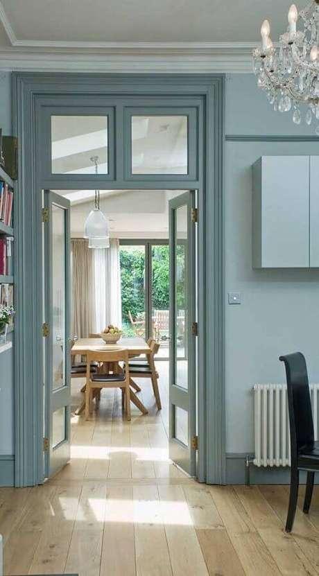 18. Casa com porta francesa de madeira e vidro pintada de azul – Foto: Webcomunica