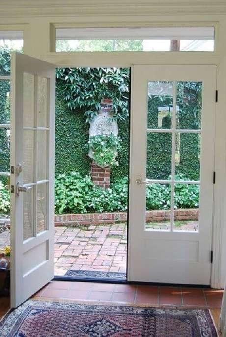 2. Casa com porta francesa externa com abertura para jardim – Foto: Casa & Festa Decoração
