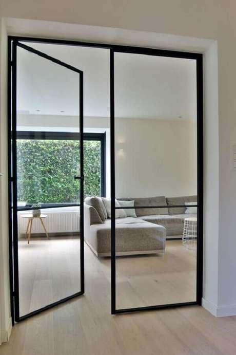20. Decoração de casa minimalista com porta francesa de vidro e alumínio preto – Foto: Pinterest