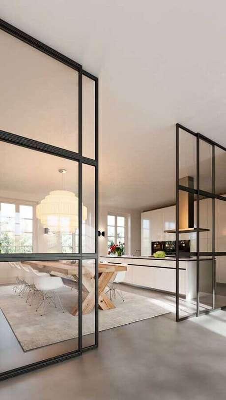 22. Cozinha ampla decorada com porta francesa de correr de vidro e alumínio preto – Foto: ArchZine