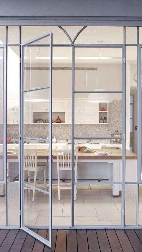 12. Decoração clean para cozinhas com portas francesas – Foto: Architecture Art Designs