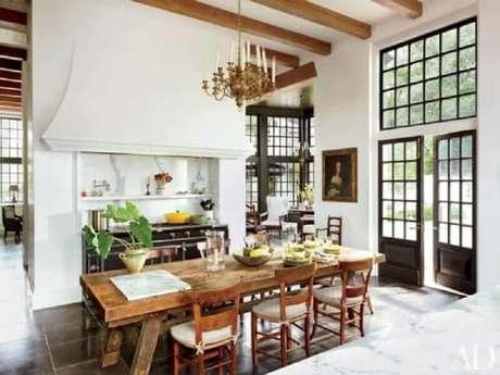 23. Decoração simples para cozinha com portas francesas preta – Foto: Architectural Digest