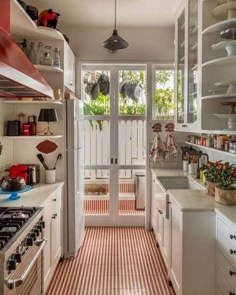 9. Invista na porta francesa branca para decorar ambientes pequenos – Foto: Ouriço Arquitetura e Design