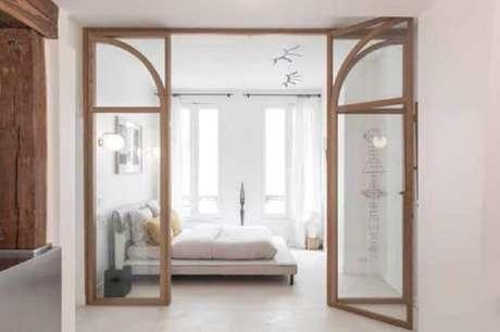 29. Decoração de quarto com porta francesa de madeira e vidro – Foto: Architectural Digest