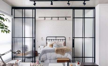 30. Decoração moderna com porta francesa de correr para quarto de casal – Foto: Apartamento 203