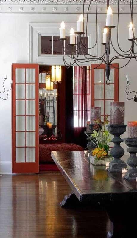 32. Decoração simples para casa com porta francesa vermelha – Foto: Pinterest