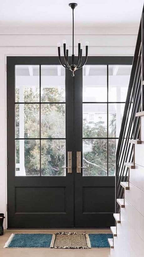 33. Entrada de casa com porta francesa de alumínio preta – Foto: Archilovers