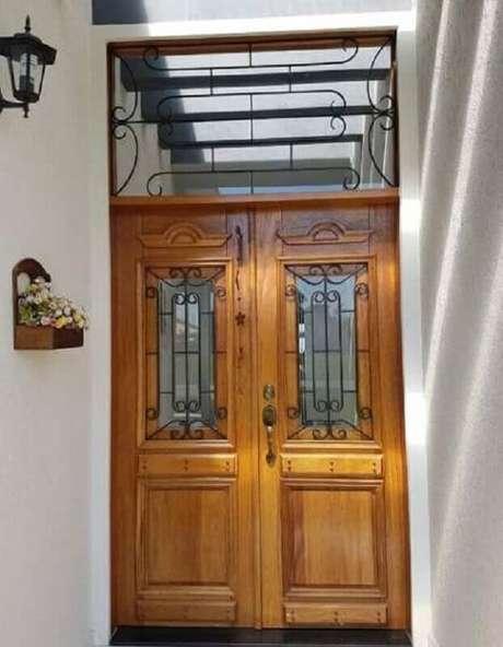 8. Modelo clássico de porta francesa de madeira e ferro – Foto: Pinterest