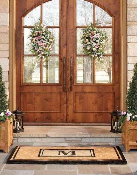 37. Modelo clássico de porta francesa de madeira e vidro com flores decorando – Foto: Pinterest