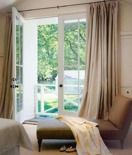 39. Porta francesa branca com vidro para quarto decorado em cores neutras – Foto: Steven Harris Architects
