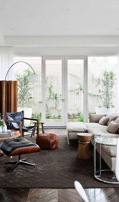 13. Sala de estar decorada com porta francesa branca – Foto: Pinterest