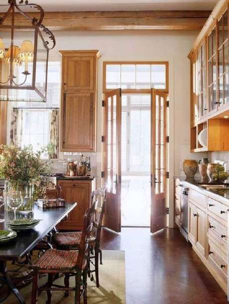 44. Porta francesa de madeira para cozinha com armários com design clássico – Foto: Pinterest