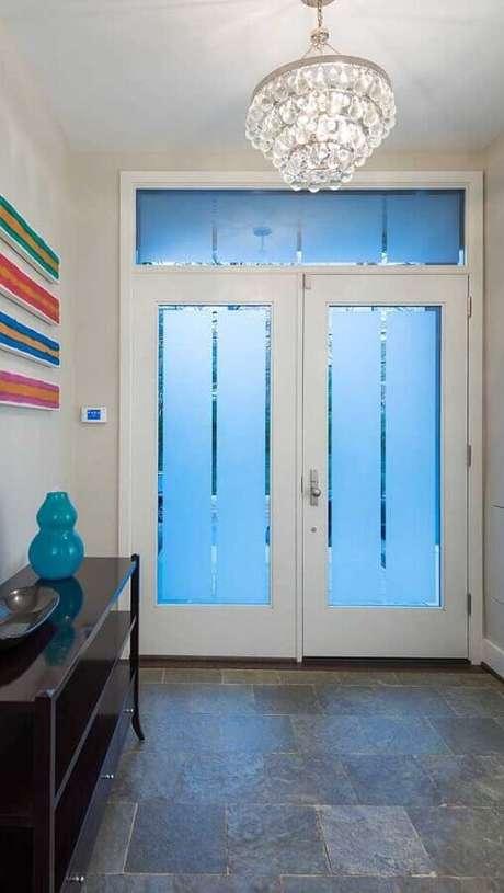 46. Para fachadas de casas e prédios prefira a porta francesa de vidro fosco – Foto: Archello