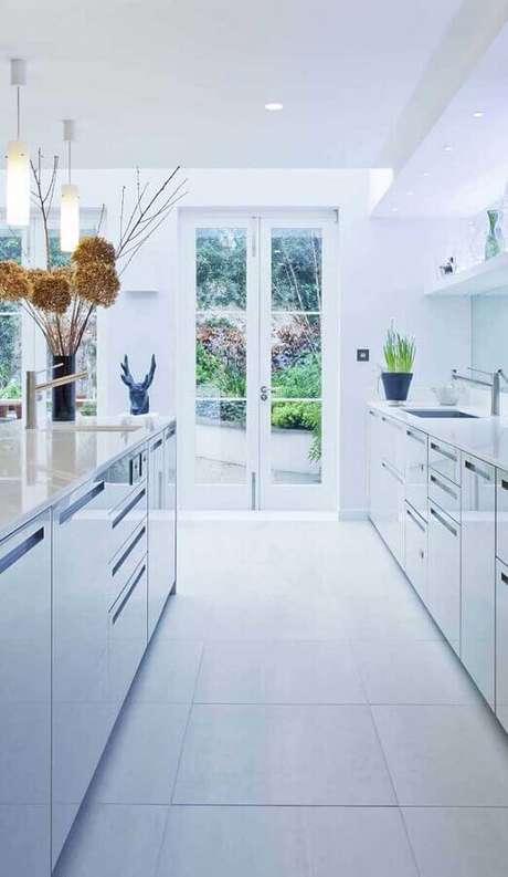 47. Decoração toda branca para cozinha com portas francesas – Foto: Pinterest