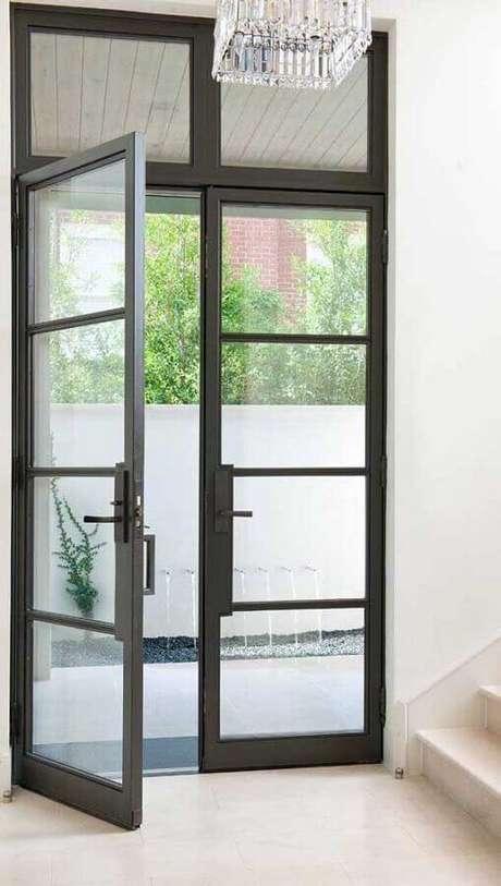 48. Modelo simples de porta francesa preta – Foto: ArchZine