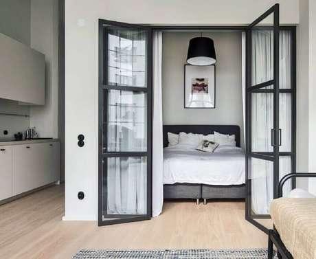 50. Quarto decorado com porta francesa de vidro com estrutura preta – Foto: Alexander White