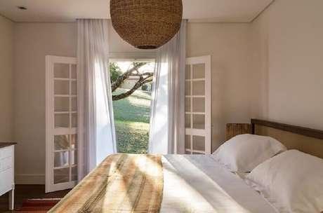 52. Quarto de casal decorado com porta francesa branca para varanda – Foto: Sala 2 Arquitetura e Design