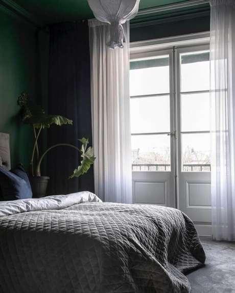 53. Porta francesa branca para quarto decorado com parede verde escura – Foto: Scandinavian Homes