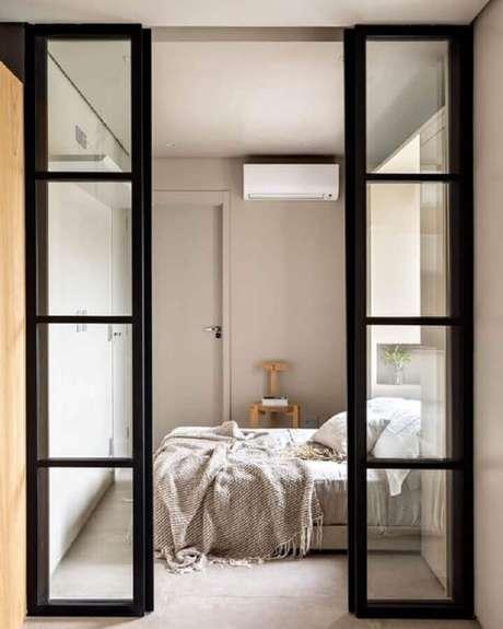 54. Decoração de quarto com porta francesa de vidro e madeira pintada de preta – Foto: Pinterest