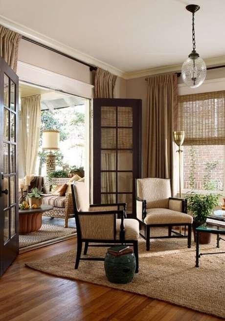 55. Sala clássica decorada com porta francesa de madeira e vidro – Foto: ArchZine