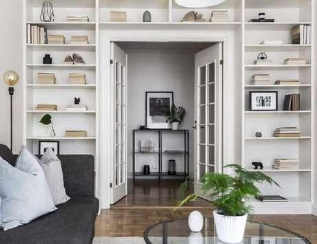 58. Sala de estar planejada decorada com porta francesa branca – Foto: Scandinavian Homes