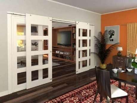 59. Sala de jantar decorada com porta francesa de correr branca – Foto: Pinterest