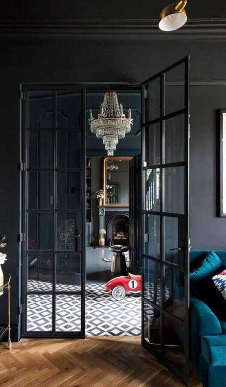 60. Sala preta decorada com porta francesa de alumínio – Foto: Architecture Art Designs