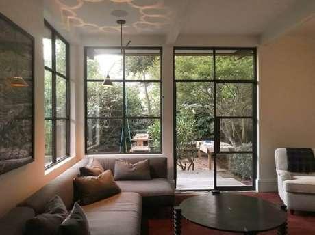 62. Decoração de sala com porta francesa de alumínio e vidro – Foto: Geremia Design