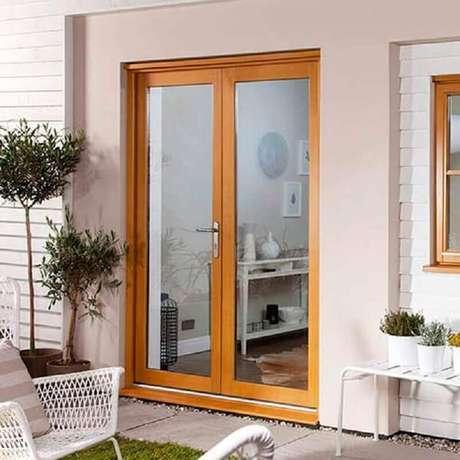 63. Varanda decorada com porta francesa de madeira e vidro – Foto: Carpinteria Rezende