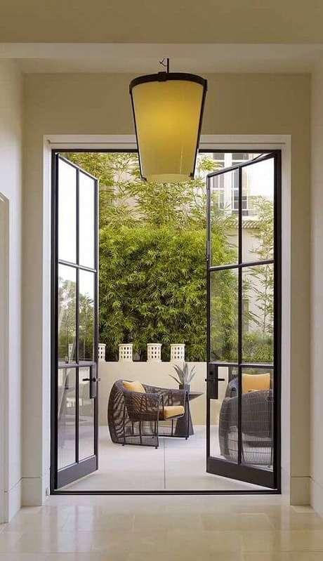 64. Varanda decorada com porta francesa de vidro e alumínio – Foto: Archello