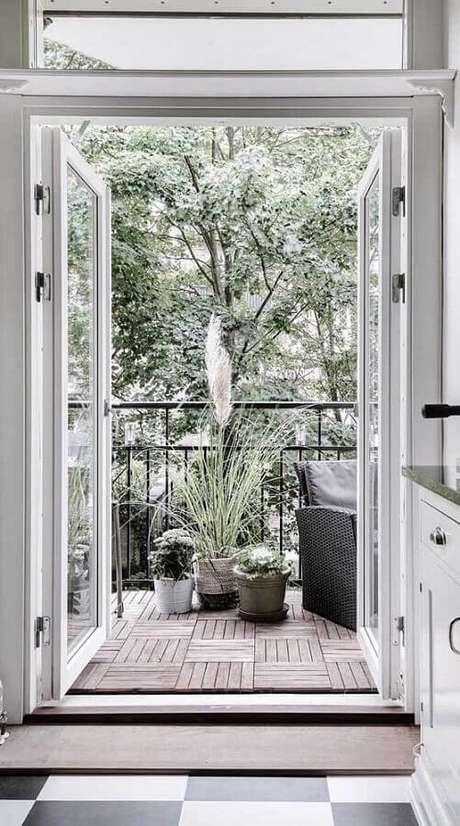 65. Varanda decorada com porta francesa de vidro e estrutura branca – Foto: Architecture Art Designs