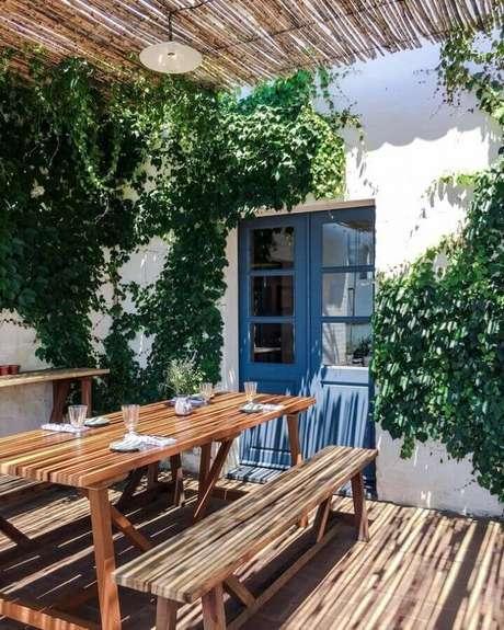 67. Decoração de varanda simples com porta francesa azul – Foto: Pinterest