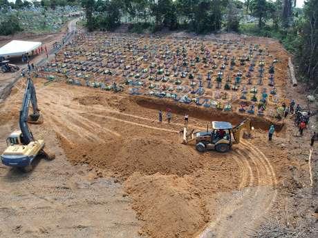 Covas abertas no Cemitério Parque de Manaus