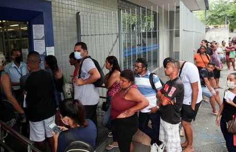 Fila para receber auxílio emergencial no Rio de Janeiro 15/4/2020 REUTERS/Ricardo Moraes