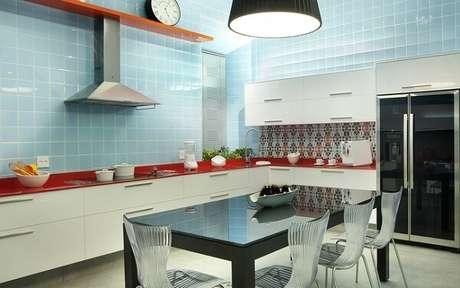65. A combinação de azulejo e adesivo também são boas escolhas na decoração vintage – Foto: Via Pinterest