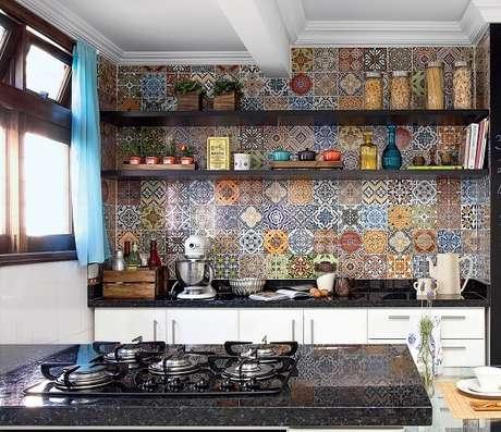 3. Adesivo para azulejo é uma ótima e prática opção para uma decoração de cozinha vintage – Foto: Minha casa